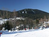 Špičák nabízí spektrum sjezdových tratí pro zkušené lyžaře i začátečníky